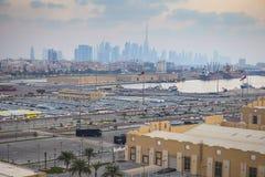 Carros novos nas fileiras armazenadas em Rashid portuário em Dubai, UAE imagens de stock royalty free