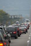 Carros numerosos colados no tráfego imagem de stock royalty free