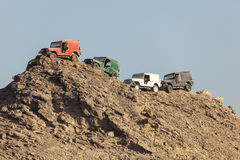 Carros offroad coloridos sobre uma montanha Foto de Stock