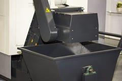 Carros ou escaninho vazio da descarga para a limalha do cnc industrial na fábrica imagens de stock