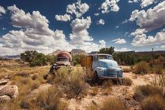 Carros oxidados na cidade abandonada ao longo de Route 66 Foto de Stock