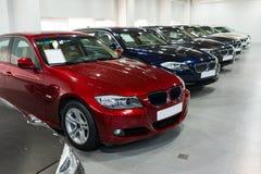 Carros para a venda na sala de exposições  Foto de Stock