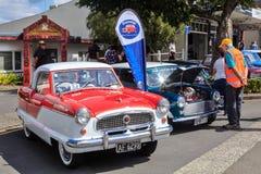 Carros pequenos clássicos na exposição em uma feira automóvel exterior imagens de stock
