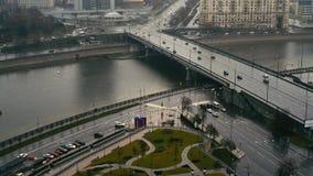 Carros perto da rua de Arbat, Moscou, Rússia, dia de verão video estoque