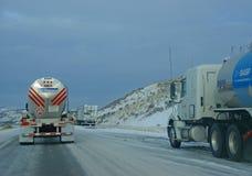 Carros pesados que apresuran en autopista sin peaje helada Foto de archivo
