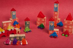 Carros plástico e brinquedo de madeira do brinquedo Fotos de Stock