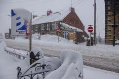 Carros profundos da coberta da neve, para o sinal da venda e as estradas Foto de Stock