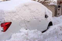 Carros profundos na neve após uma tempestade da neve fotografia de stock royalty free