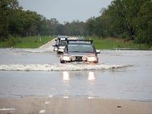 Carros que cruzam um rio inundado Fotografia de Stock Royalty Free