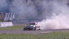 Carros que derivam com fumo video estoque