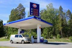 Carros que enchem-se no posto de gasolina do golfo imagens de stock