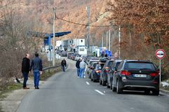 Carros que enfileiram-se para uma passagem fronteiriça da Sérvia Kosovo foto de stock