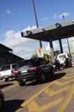 Carros que esperam em uma porta de pedágio imagens de stock royalty free