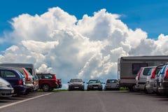 Carros que estacionam o asfalto com ponto de opinião da nuvem do céu Fotografia de Stock Royalty Free