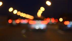 Carros que movem-se no tráfego video estoque