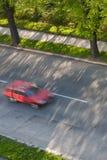 Carros que movem-se rapidamente em uma estrada Fotos de Stock Royalty Free