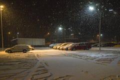 Carros que nevam para baixo no parque de estacionamento imagem de stock