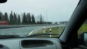 Carros que passam perto na estrada Timelapse filme