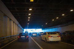 Carros que saem do túnel dentro do centro Fotografia de Stock Royalty Free