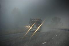 Carros que se mueven a través de la niebla Imagenes de archivo