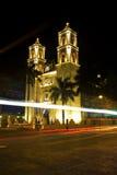 Carros que vão pela catedral de San Gervasio em Valladolid, México foto de stock royalty free