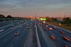 Carros que viajam em uma estrada ocupada na manhã Imagem de Stock