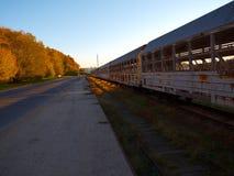 Carros railway velhos para o transporte dos carros fotografia de stock royalty free