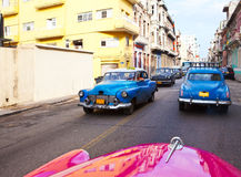 Carros retros americanos velhos rua no 27 de janeiro de 2013 em Havana velho, Cuba Fotos de Stock