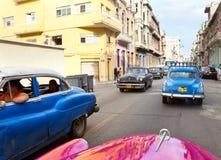 Carros retros americanos velhos, uma vista icónica na cidade, rua no 27 de janeiro de 2013 em Havana velho, Cuba Imagem de Stock