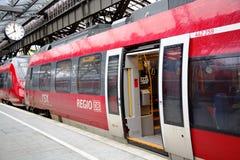 Carros rojos del tren de lanzadera en la estación de tren Fotos de archivo libres de regalías