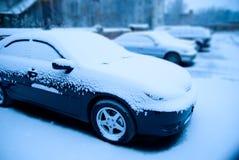 Carros Snow-covered no lote de estacionamento Fotos de Stock