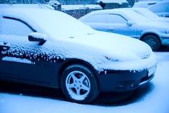 Carros Snow-covered no lote de estacionamento Fotos de Stock Royalty Free