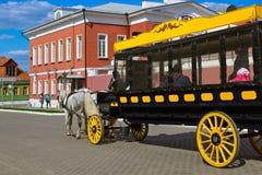 Carros traídos por caballo (ómnibus) en Kolomna el Kremlin - Rusia - MES Foto de archivo