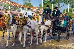 Carros tradicionales del caballo que monta que celebran Sevilla April Fair, Sevilla Feria de Sevilla justa imágenes de archivo libres de regalías
