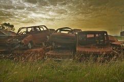 Carros velhos corroídos no cemitério de automóveis fotos de stock royalty free