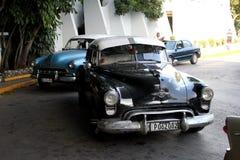Carros velhos de Cuba ainda operacionais e usados como táxis imagens de stock