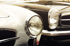 Carros velhos dos faróis no estilo do vintage (bens e o mal, gênese, fotos de stock royalty free