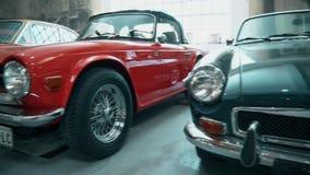 Carros velhos retros à moda bonitos no museu video estoque