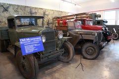 Carros viejos, vehículo militar en museo fotos de archivo
