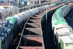 Carros y los tanques en el tren Fotos de archivo