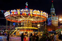 Carrossel colorido antes do Natal no quadrado vermelho do Kremlin Fabuloso, iluminação da noite, pessoa de passeio foto de stock