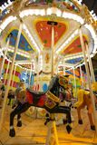 Carrossel com os cavalos no parque temático Fotografia de Stock
