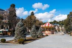 Carrossel da atração no bulevar de Baku imagem de stock
