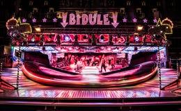 Carrossel de Bidule que gira na noite em uma feira Imagens de Stock