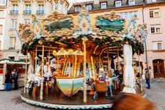 Carrossel de giro do carrossel do mercado do Natal Fotografia de Stock