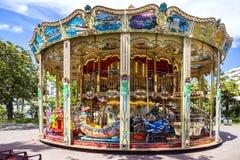 Carrossel em Cannes Um alegre velho clássico e colorido vai círculo em Cannes, França foto de stock royalty free