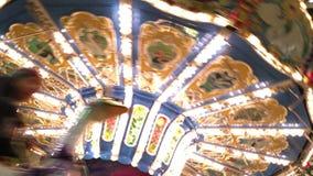 Carrossel no lugar do divertimento do campo de jogos do parque de diversões justo filme