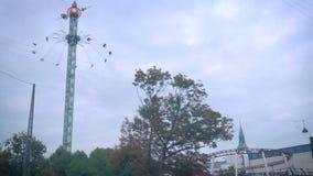 Carrossel nos jardins Copenhaga Dinamarca de Tivoli no dia nebuloso vídeos de arquivo