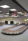 Carrossel vertical da reivindicação de bagagem do aeroporto Foto de Stock