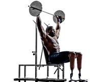 Carrossiers handicapés construisant l'homme de poids avec le prosthe de jambes Photographie stock